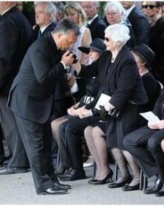Találjátok ki, Horn Gyula temetésén ki csókol kezet kinek?