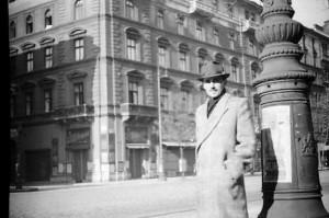 Apám halina télikabátban 1944 decemberében. Mögötte az Arany János utca sarka látható. A házat hetekkel később találat érte és (4 hét alatt) porig égett. Ma M2 megálló van a helyén.
