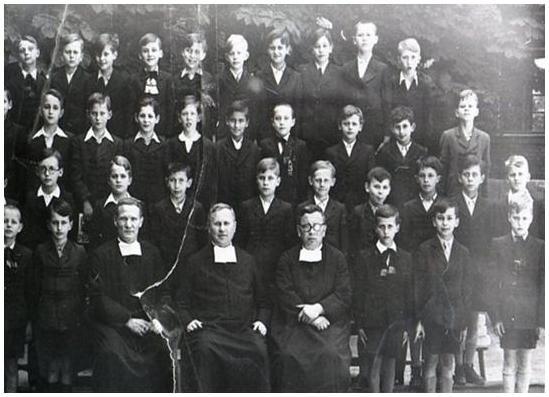 Alulról a 2. sor, jobbról a 4. diák vagyok. baloldalon a szadista Róbert testvér.