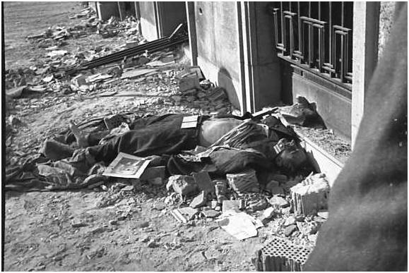 Így néz ki egy halott ávós (saját felvétel) Hasán a pártkönyve, kezében Marx fényképe.